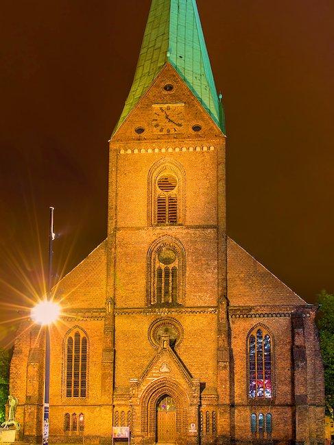 Nacht Blick auf St. Nikolai-Kirche in Kiel