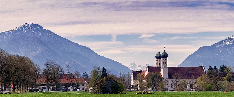 Kloster Benediktbeuern vor den bayerischen Alpen
