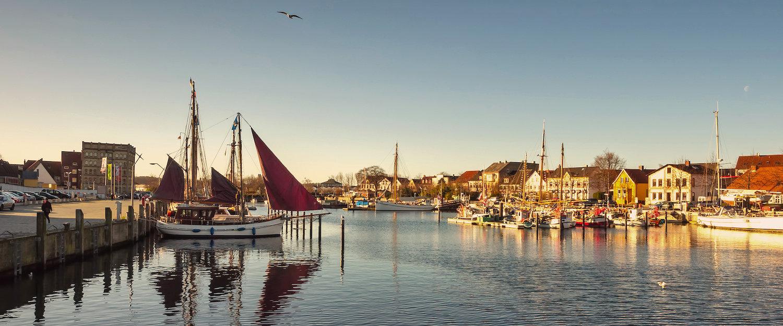 Haven van Kiel bij zonsondergang