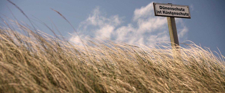 Dünen in der Nordsee mit Hinweis auf den Dünenschutz