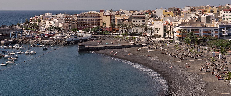 Idílica bahía con el pequeño puerto y la playa de San Juan