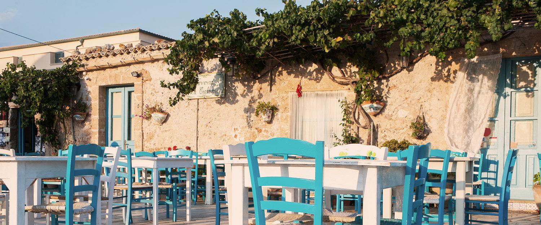 Terrazza di un tipico ristorante siciliano.