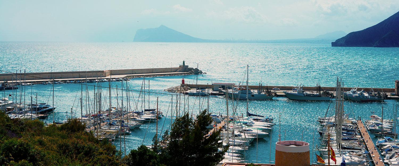 Der Hafen von Moraira im Mittelmeer