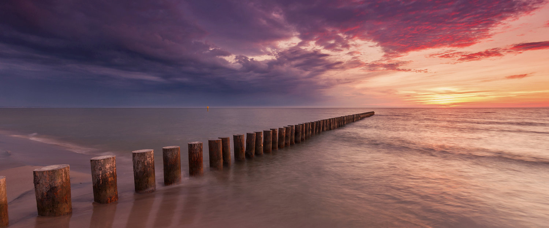 Sonnenuntergangsparnorama mit Stelzen Meer