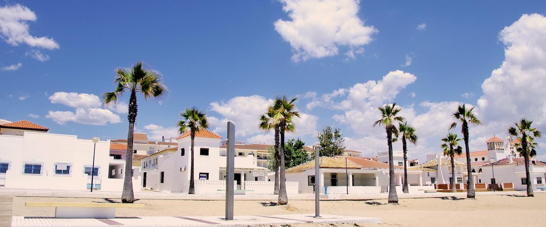 Casas blancas junto a la playa en Islantilla
