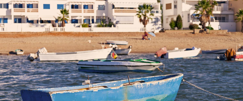 Las barcas flotando con la playa de fondo