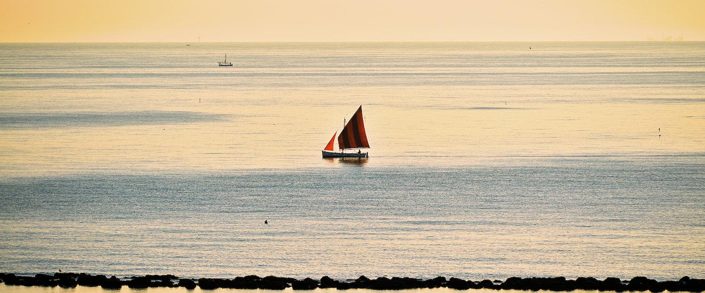 Segelboot in romantischer Abendstimmung