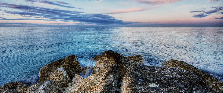 Scogli in riva al mare.