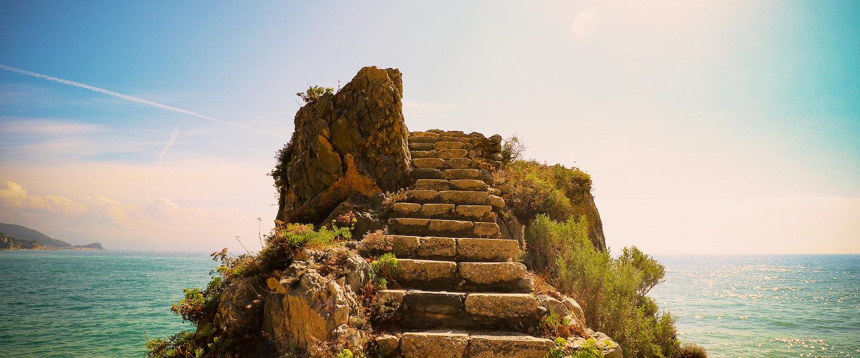Überreste einer alten Ruine am Meer