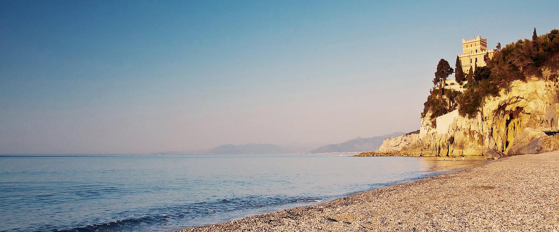 Alter Turm über dem Strand in Finale Ligure