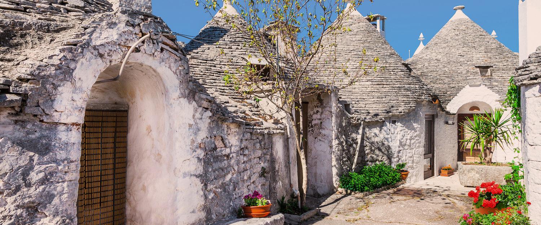 Trullis, farmy okrągłe z ostrymi dachami w Bari.