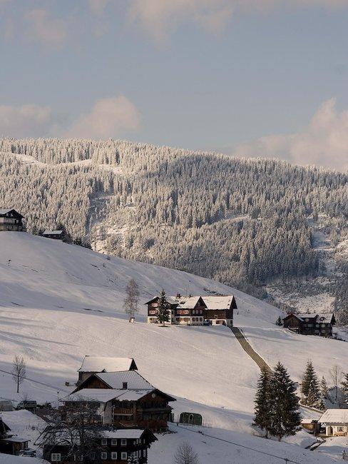 Ein schönes Tal im verschneiten Kleinwalsertal im Winter