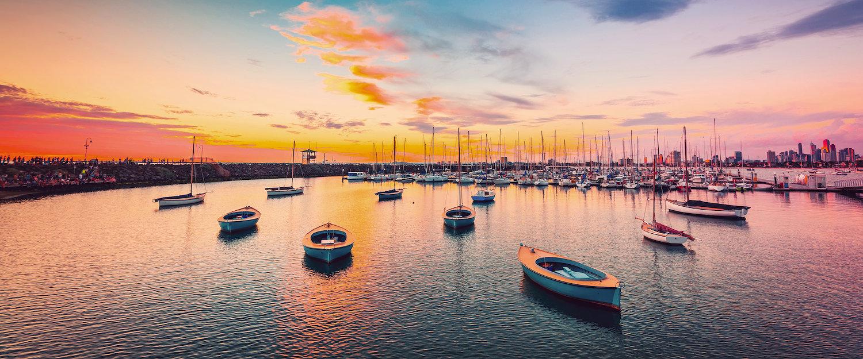 Boten in de jachthaven bij zonsondergang