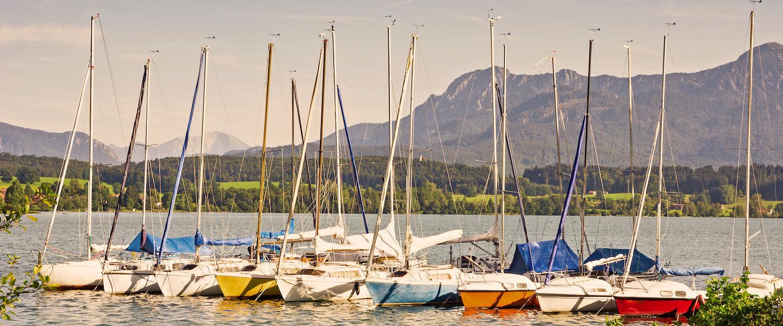 Segelboote im Riegsee vor wunderschönem Bergpanorama