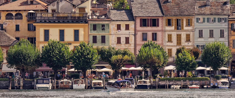 Idyllische Promenade entlang der Bootsanlegestelle am Ortasee