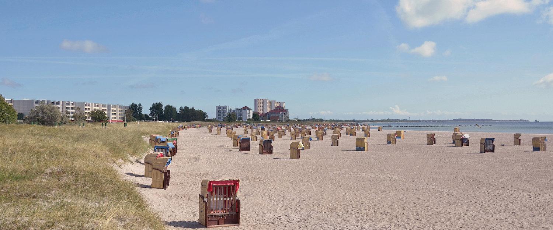Schöner Ostseestrand mit Strandhäusern