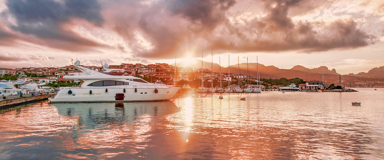 Hafen an der Costa Smeralda im Sonnenuntergang