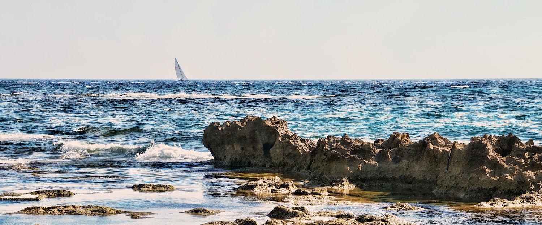 Barca a vela nel mare di fronte ad Acciaroli.