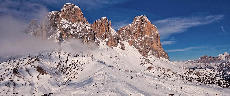 Schneebedeckter Sella Pass in den Dolomiten