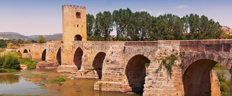 Vista del viejo puente de piedra sobre el Ebro