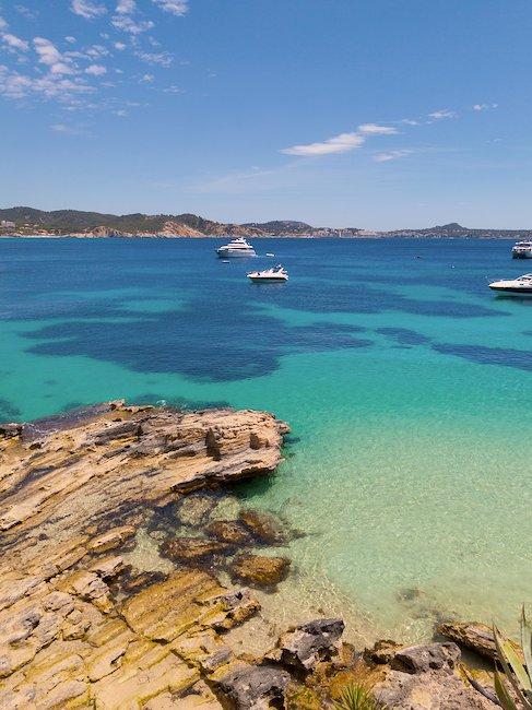 Cala con un mar azul turquesa