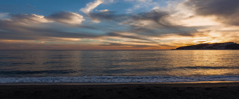 El atardecer desde la playa de San Cristóbal en Almuñécar