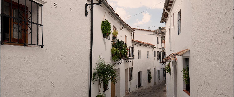 Calle estrecha y casas blancas