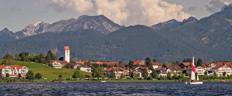 Hopferau mit Alpen im Hintergrund