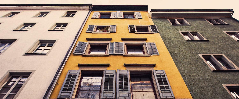 Farbige Häuserfassade im europäischen Stil
