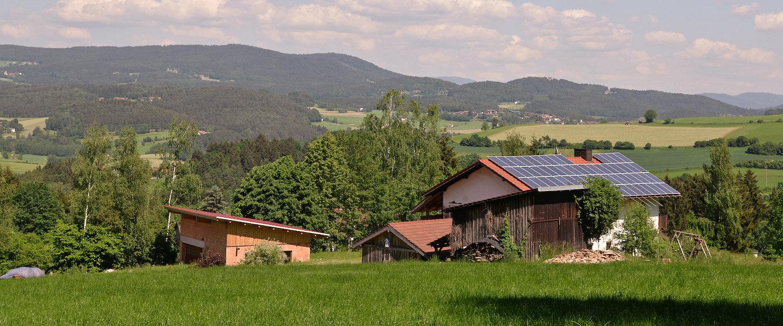 Holzhütten in niederbayerischer Landschaft
