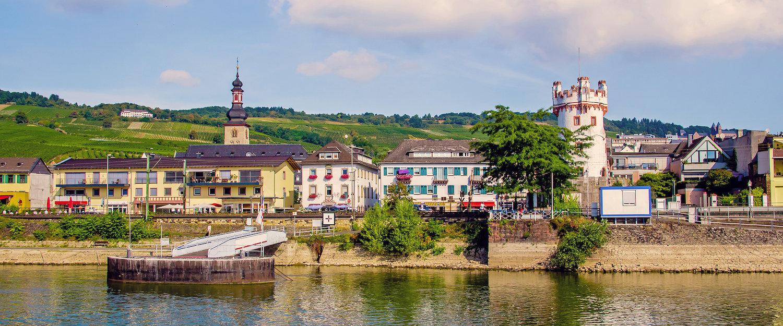 Rüdesheim am Rheinufer mit Adlerturm