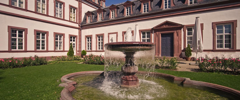 Brunnen vor dem Schloss Philippsruhe in Hessen