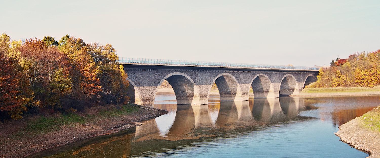Autobahnbrücke über dem Pohl-Wasserreservoir
