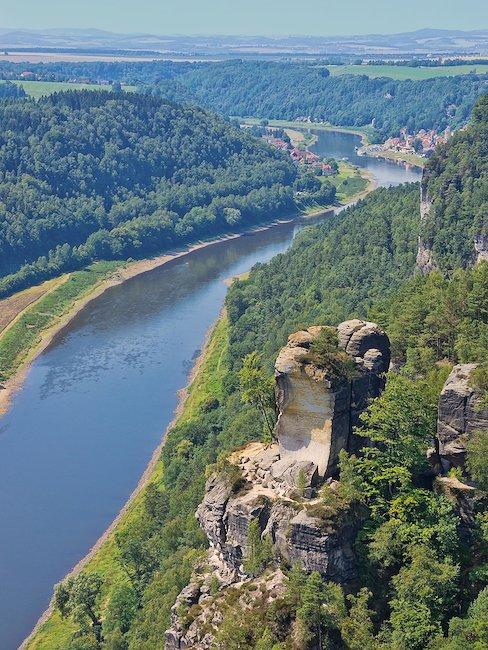 De Elbe baant zich een weg door het Elbezandsteengebergte...