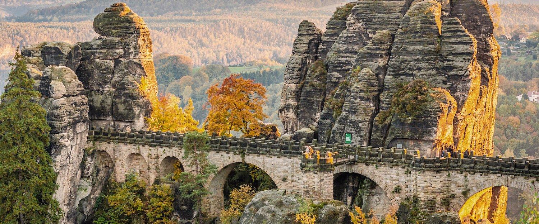 Von der Bastei-Brücke aus hat man einen hervorragenden Blick ins Tal