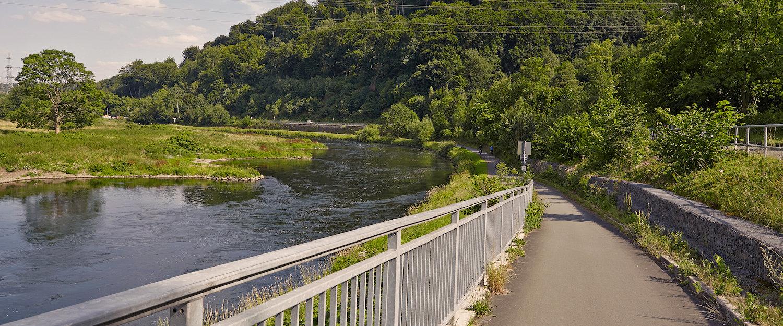Idyllischer Radweg entlang dem Fluss Ruhr