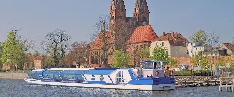 Fahrgastschiff durch Neurupping in Brandenburg