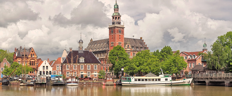 Ansicht vom Leda Fluss auf Das Rathaus in Leer