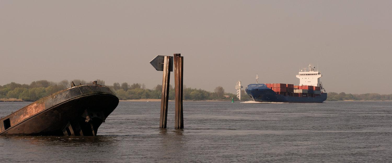 Gesunkenes Containerschiff in der Elbe
