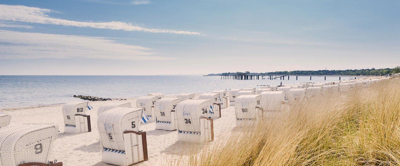 Strandkörbe und weißer Strand