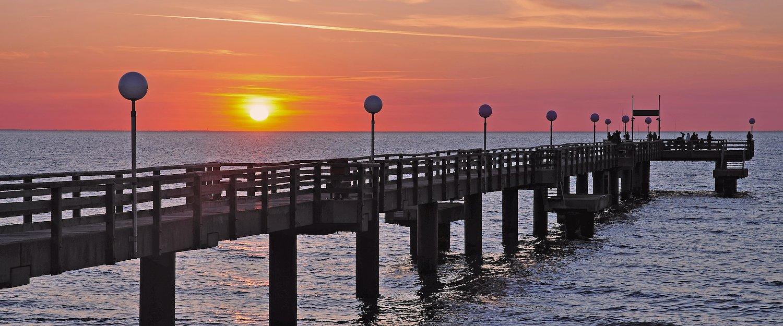 Romantik pur: Der Sonnenuntergang auf dem Steg genießen