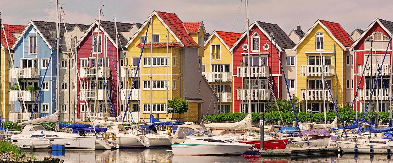 Blick vom Hafen auf typische Häuser in Greifswald