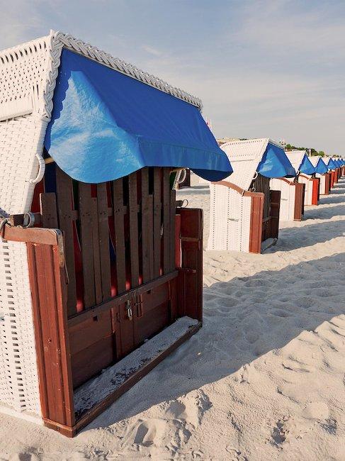 Entspannen Sie in einem der Strandkörbe.
