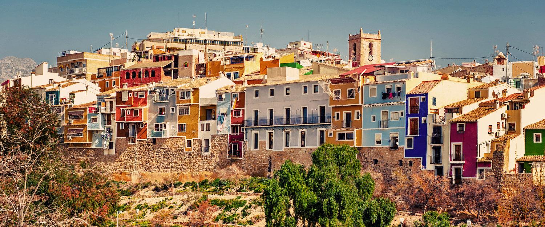 Vista a las coloridas casas colgadas de Villajoyosa