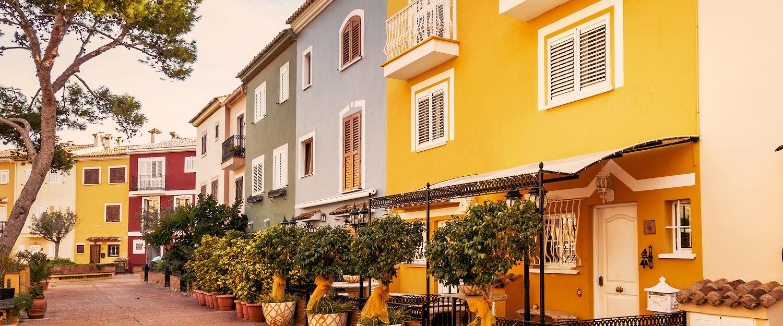 Calle con casa coloridas al lado del puerto