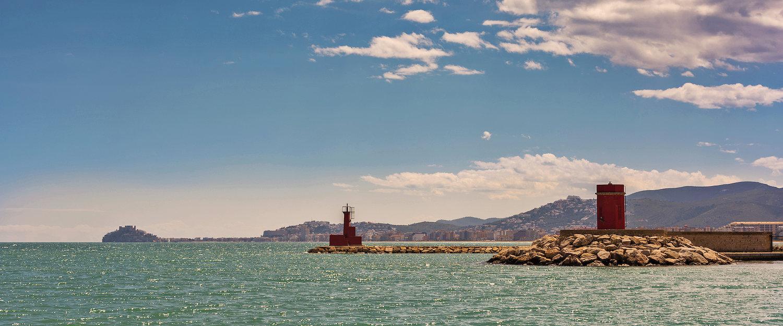 El faro y el mar en Burriana