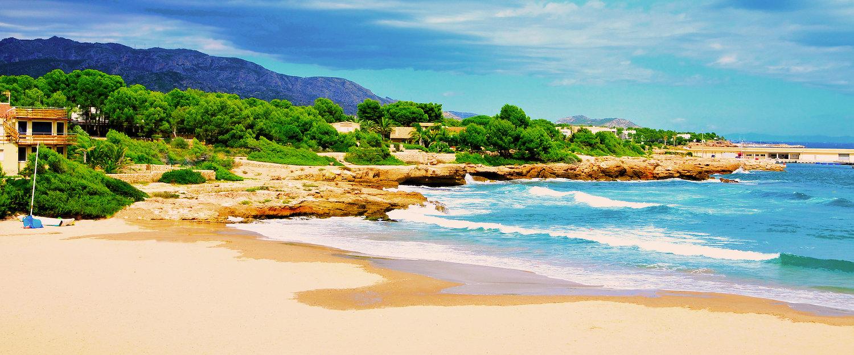 Playa en la Costa Dorada por la mañana