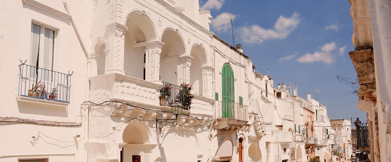 Il bianco delle case, colore caratteristico delle vie della città.