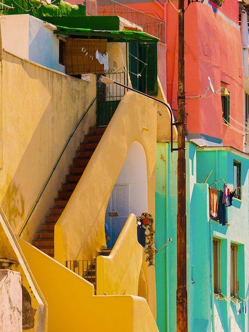 Kolorowe kamieniczki w Neapolu