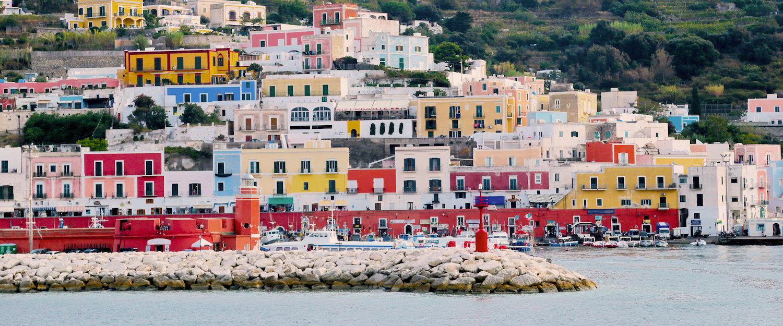 Gezicht op de kleurrijke stad Ponza